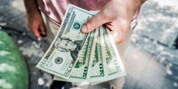 Jak wypłacić gotówkę w Żabce?